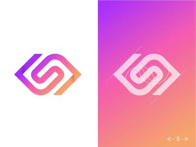 Logo : S + angle brackets symbole lettre s development angle brackets gradient design logo fatma aroua