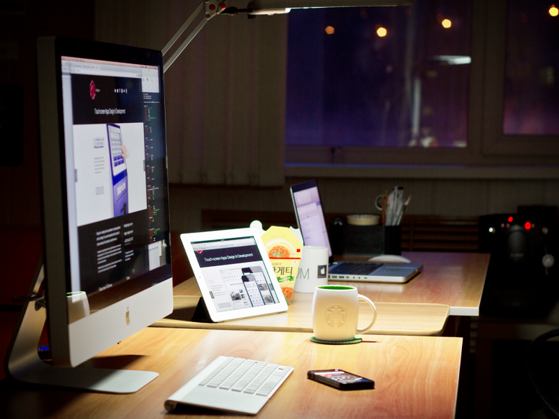 Rubyicon workspace workspace workplace desk office imac apple iphone ipad starbucks coffee evening night russia