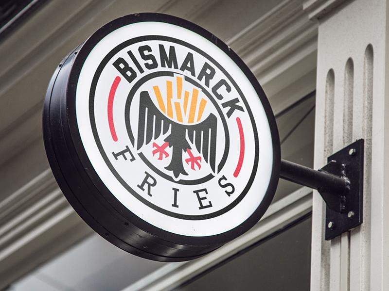 Lassen Sie uns einige Kartoffeln essen food branding nazi german fries french logo