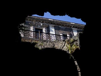 Lacerazioni Spaziali / Albero urban citiy palazzo abero nero contrasto catania nature color photo photograpy