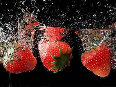 Strawberries under water 3d-render water-splash cycles-render fresh-red-strawberries straberries-under-water blender-fluid-simulation 3d-blender water-simulation