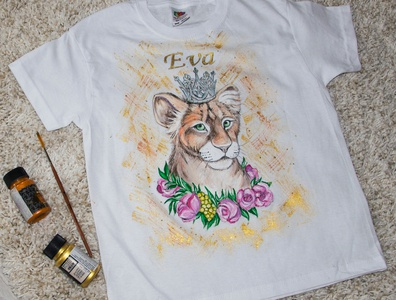 Hand-painted t-shirt for a girl, lion