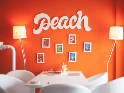 Logo: Peach lettering logo pokras pokraslampas