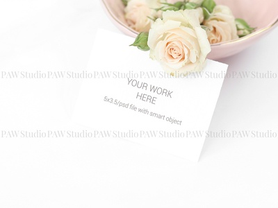 Mockup invitation card with roses in plate