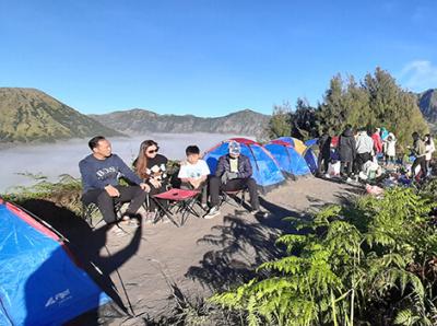 Berwisata ke Gunung Bromo dengan keluarga campfire wisata camping traveling volcano travel