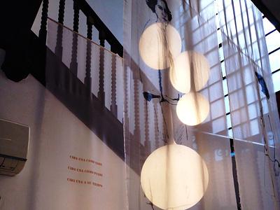 LUCIA TORRES – Instalación «MIGRANTE» en María Elena Kravetz Gal engraving on organza 2021 mariaelenakravetz instalacion migrante lucia torres