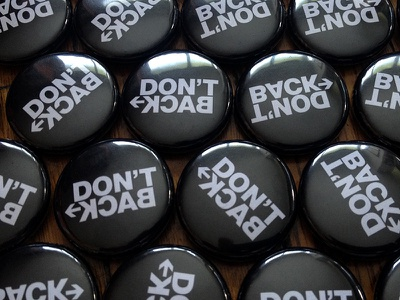 Don't Back - pin buttons letters black button pin