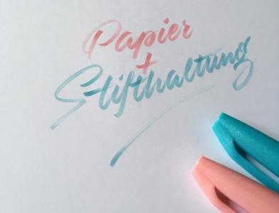 Papier + Stifthaltung brushlettering brush